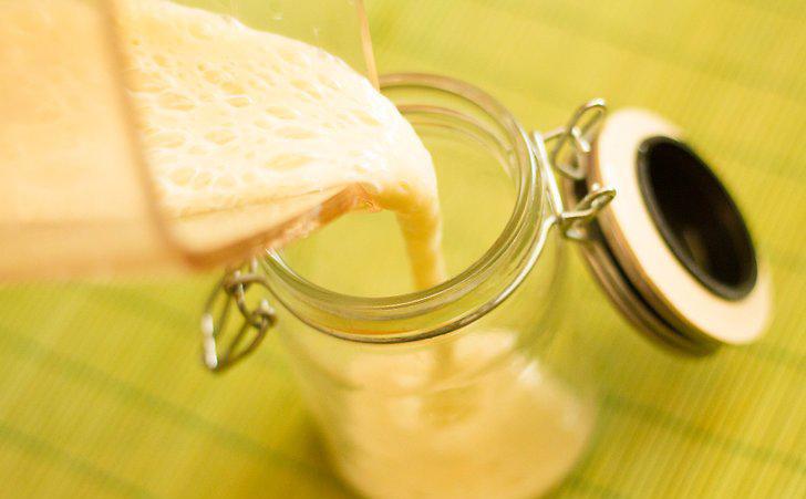 ریختن شیر موز از مخلوط کن به لیوان مورد نظر