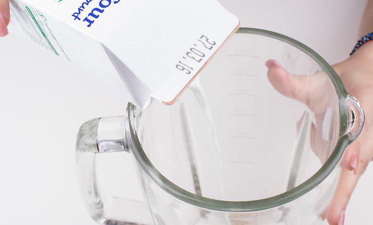 ریختن شیر در مخلوط کن