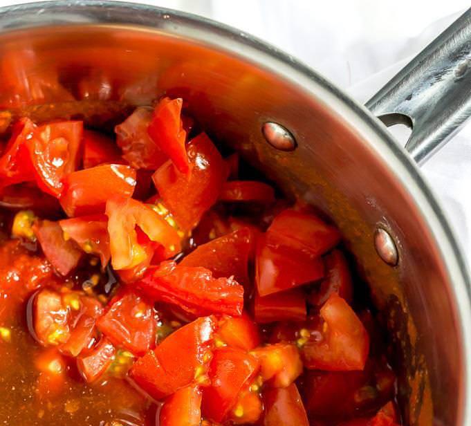 ریختن گوجه فرنگی ها داخل قابلمه