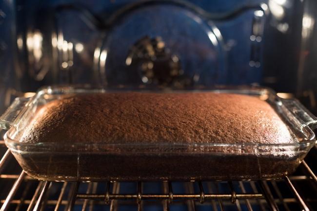 قرار دادن کیک درون فر