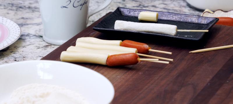 پیچیدن هات داگ داخل پنیر ورقه ای